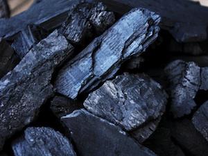 Des charbons de bois
